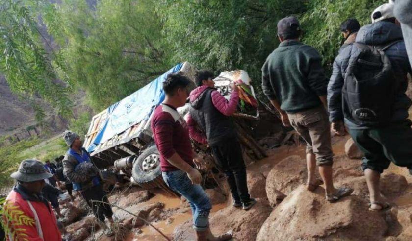 Camión con pasajeros y carga es arrastrado por la mazamorra en Luribay, hay tres fallecidos