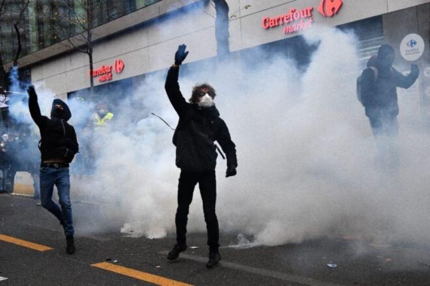 Tensas manifestaciones en Francia por la defensa de las libertades