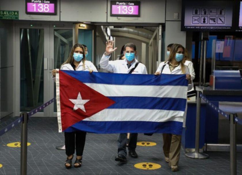 Médicos cubanos llegan a Panamá para combatir la pandemia pese a rechazo de EEUU