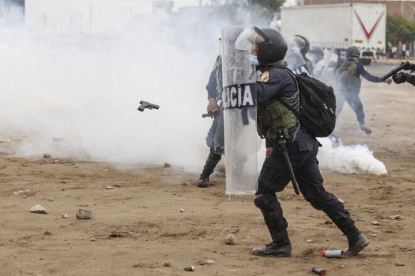 Enfrentamiento entre policías y trabajadores rurales deja dos muertos en Perú
