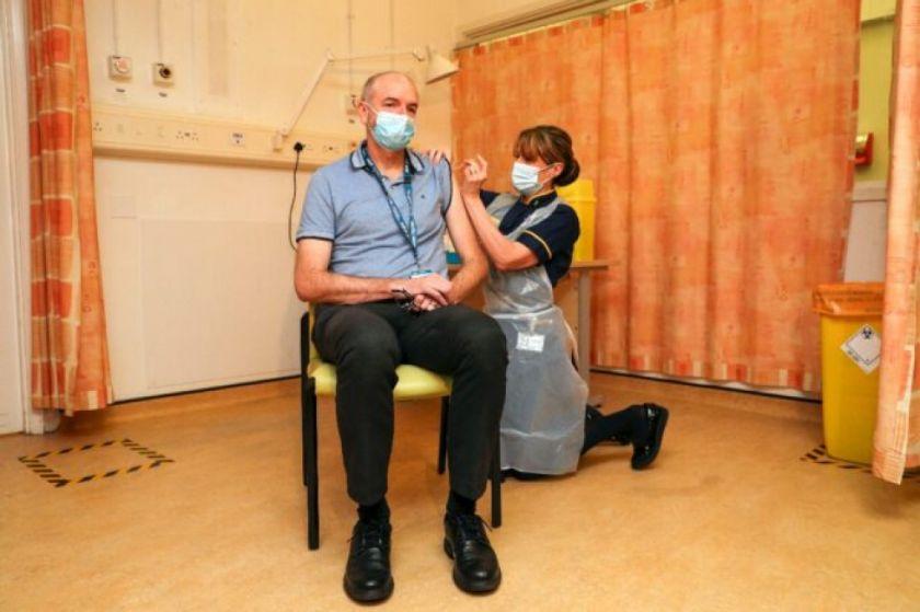 Reino Unido empieza a distribuir el fármaco de AstraZeneca a medida que se acelera vacunaciones en el mundo