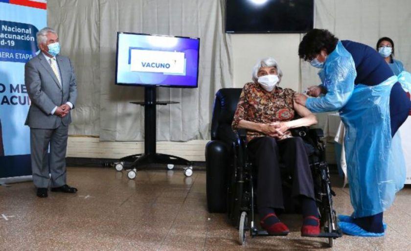 Chile comienza la vacunación masiva contra covid-19 en la tercera edad