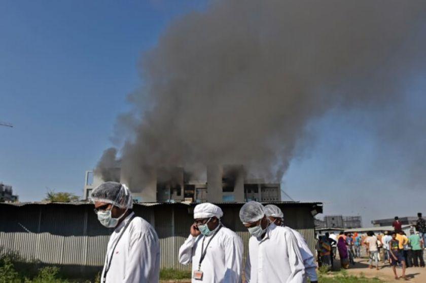 Hay cinco muertos en incendio en el mayor productor de vacunas del mundo en India