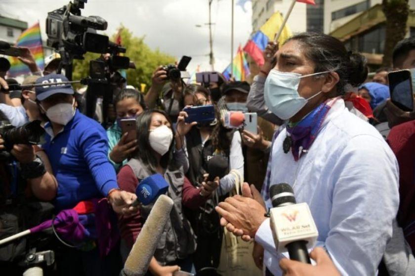 Líder indígena y exbanquero no ceden en su lucha por llegar al balotaje en Ecuador