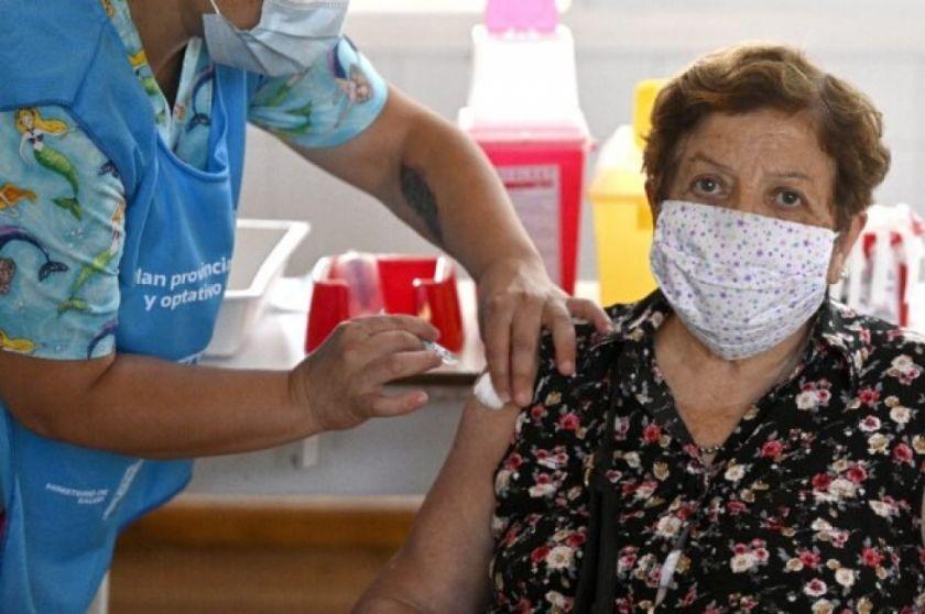 Argentina comienza a vacunar a adultos mayores contra la covid-19