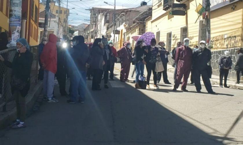 Médicos continúan en emergencia y mantienen paro