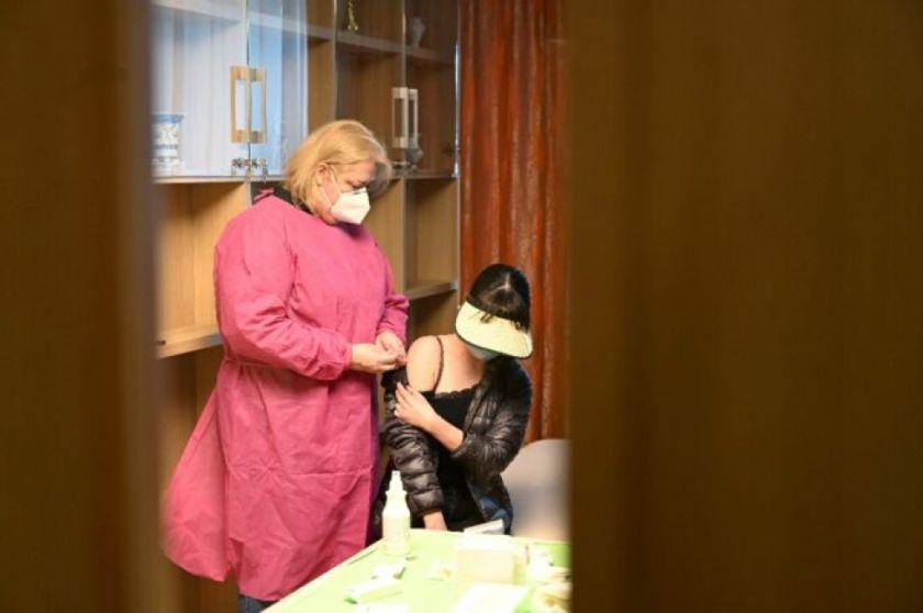Entre esperanza y miedo, Hungría recibe vacuna china contra el coronavirus