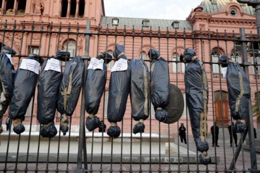 Repudian en Argentina la exhibición de bolsas mortuorias en marcha opositora