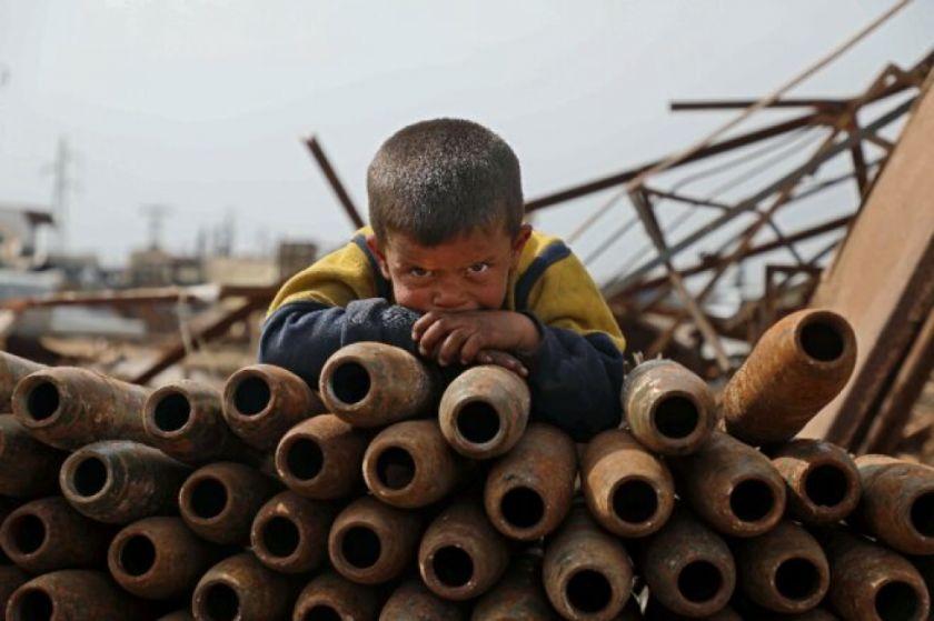 En Idlib, Siria, una familia siria vive del reciclaje de municiones