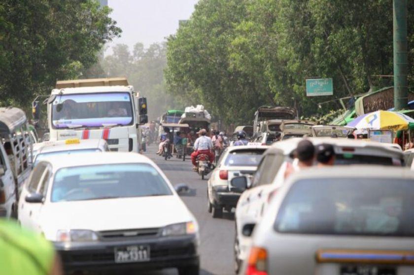 """Birmania rinde homenaje a los """"mártires"""" mientras los habitantes de Rangún huyen de la violencia"""