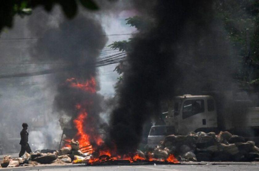 Los birmanos abandonan Rangún huyendo de la represión de la junta militar