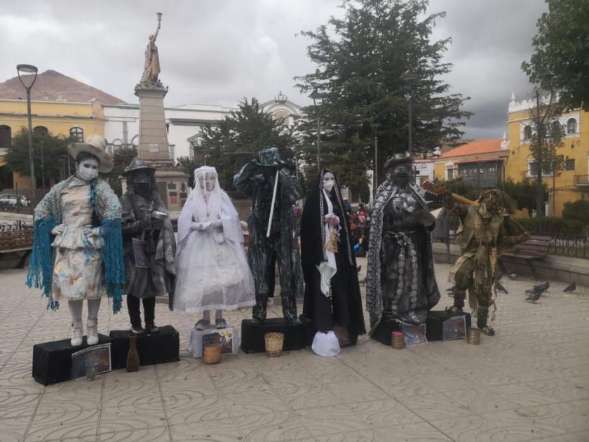 Rinden homenaje al teatro con muestra de estatuas vivientes