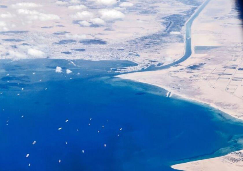 Surge optimismo para desbloquear el canal de Suez pese a los primeros intentos fallidos