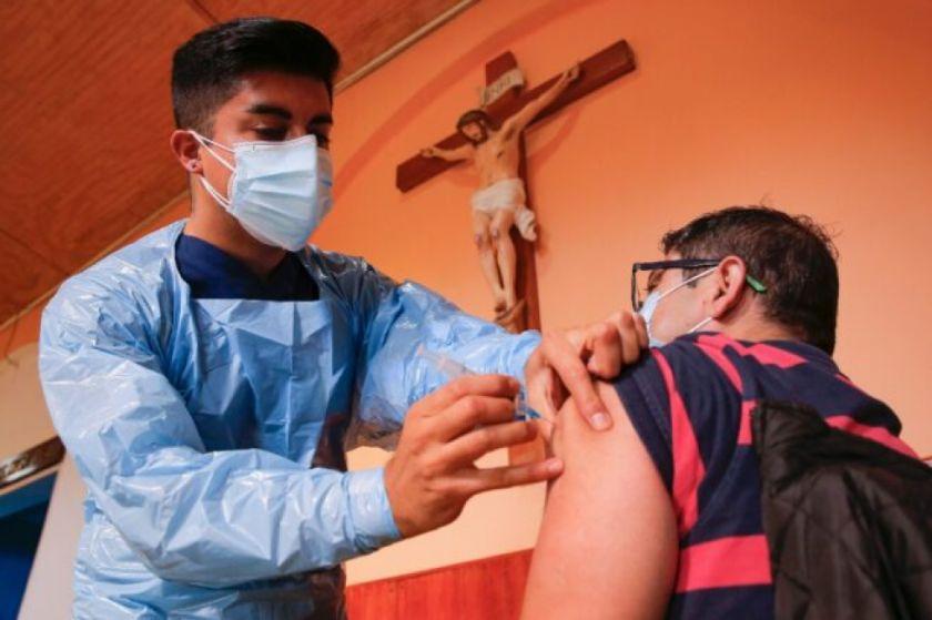 Estudio sobre vacunación en Chile arroja 56,5% de efectividad para prevenir contagios de covid