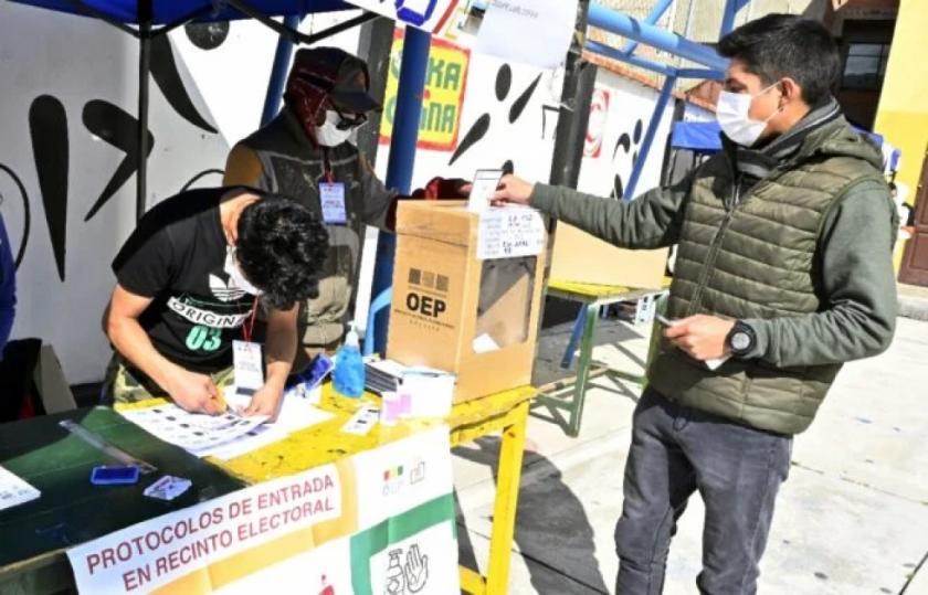 Oficialismo en desventaja en balotaje de cuatro regiones de Bolivia, según resultados parciales