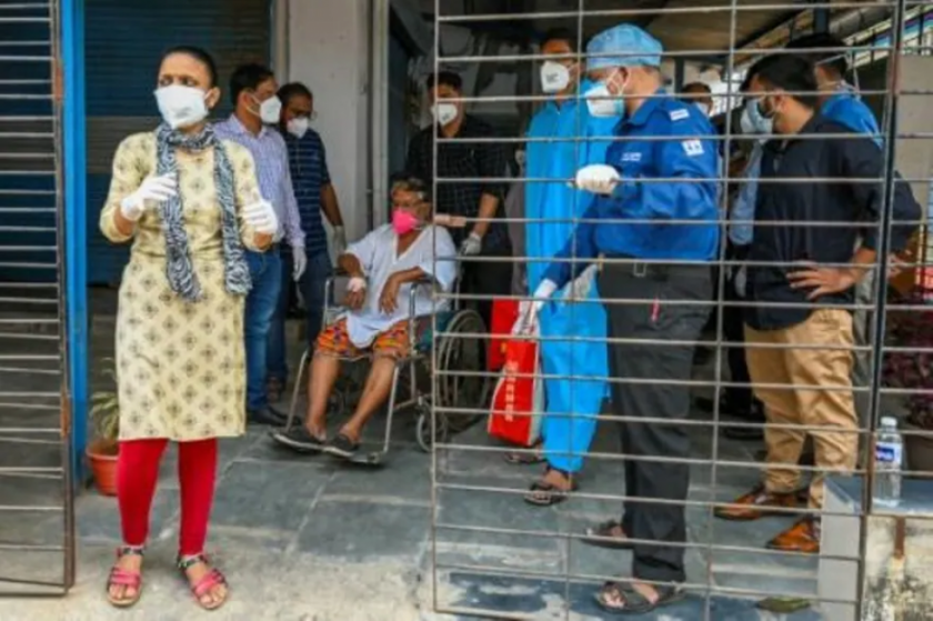 Trece pacientes de covid-19 mueren en el incendio de un hospital en la India