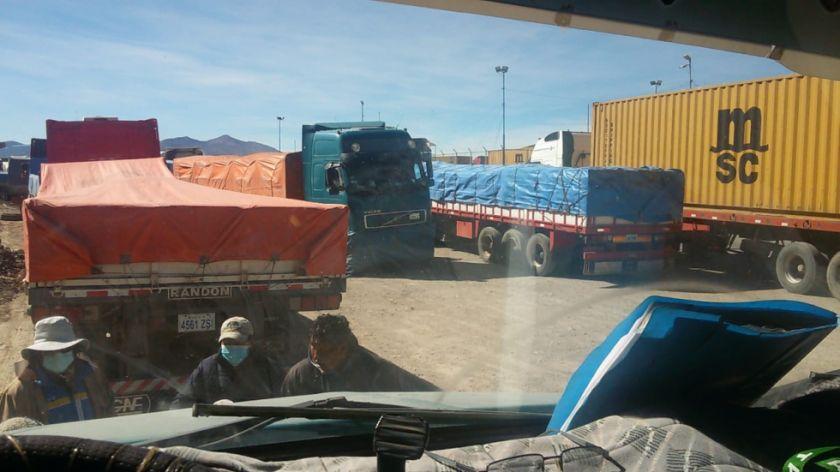 Decenas de camiones con mineral potosino están retenidos en la frontera con Chile