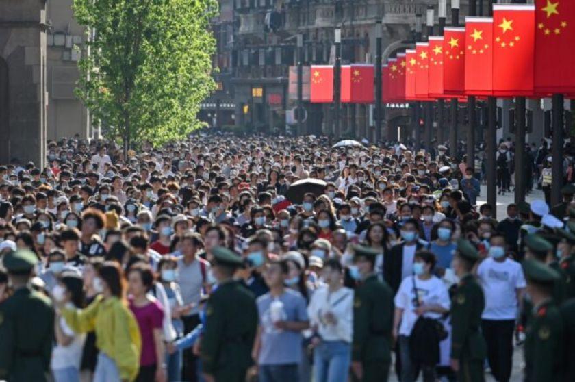 Los chinos salen en masa a las calles sin miedo a la pandemia
