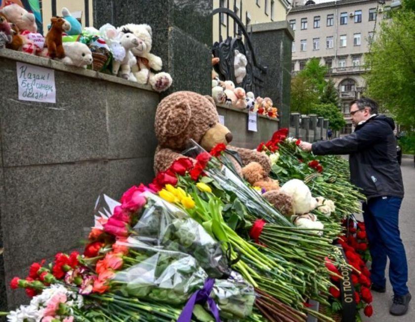 Luto y debate sobre porte de armas en Rusia tras matanza en escuela