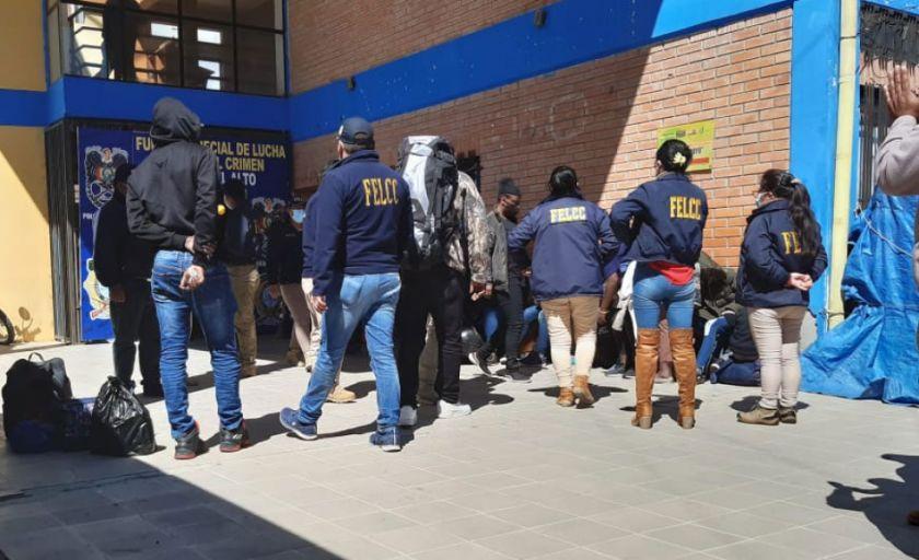 El Alto: Aprehenden a dos conductores de minibús por tráfico de migrantes haitianos