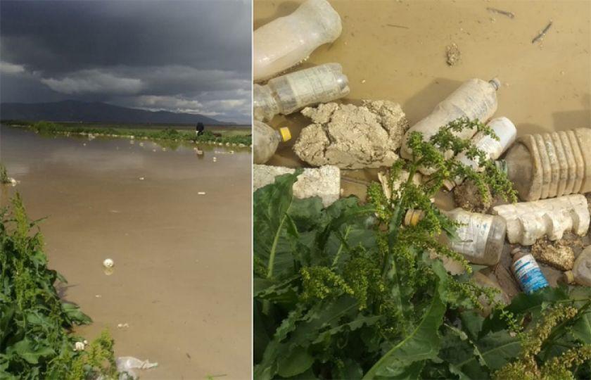 """""""Es como para llorar"""": la basura arrastrada desde urbes causa un drama en una comunidad rural"""