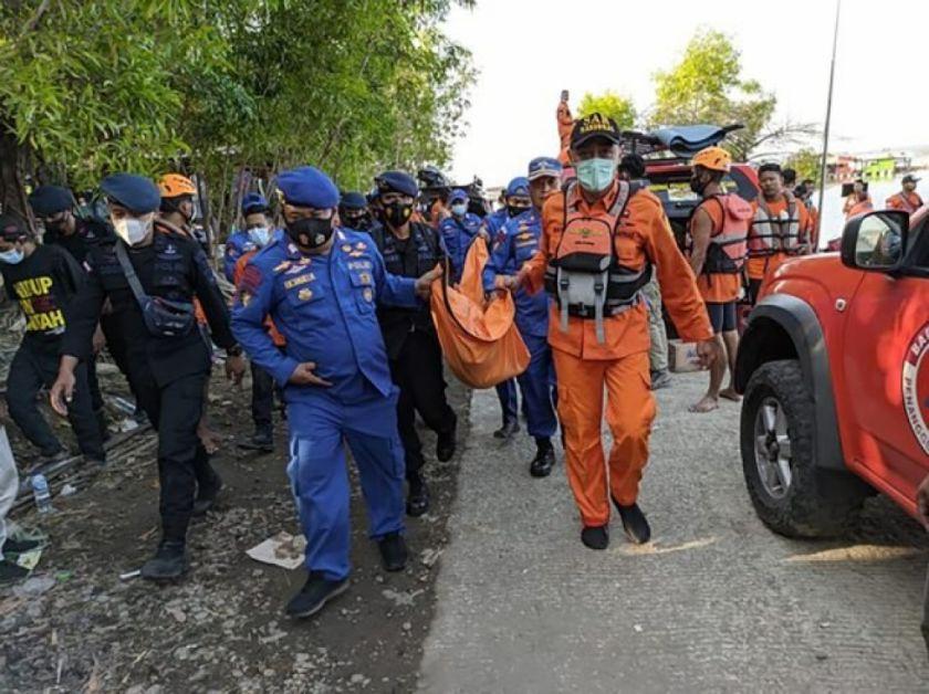 Embarcación vuelca en Indonesia a causa de un selfi, al menos siete muertos