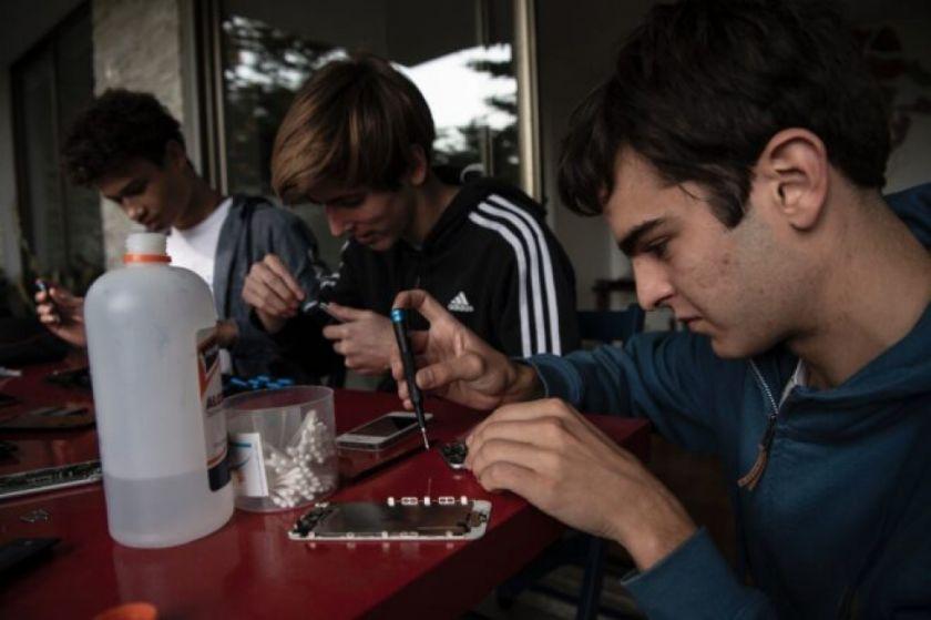 Reparar celulares : la campaña de un joven chileno para estudiantes sin acceso a clases en línea