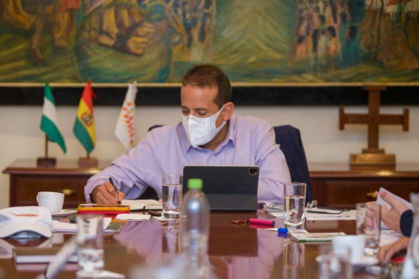 El Gobernador de Santa Cruz prohíbe usar su imagen en obras y dependencias públicas