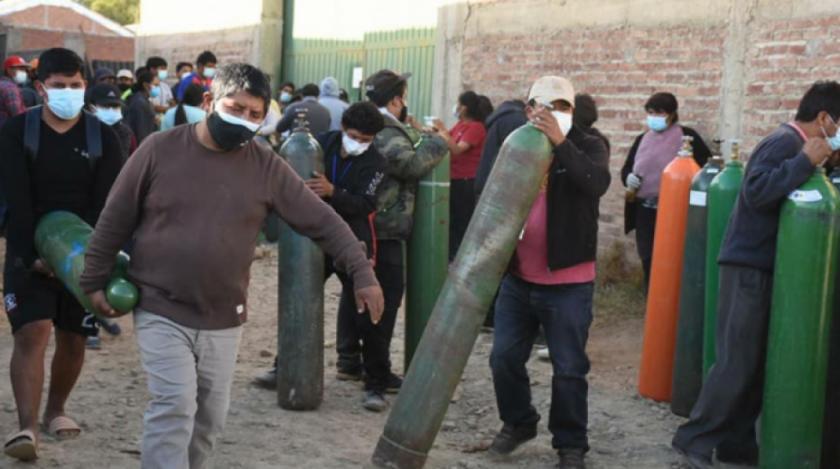 Desesperación, llanto y largas filas para conseguir oxigeno en Cochabamba y Santa Cruz