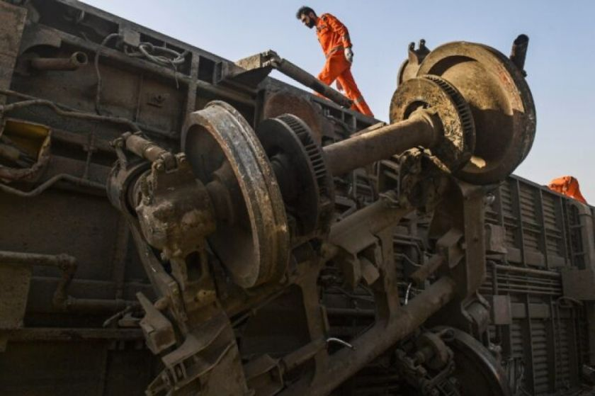 Sube a 63 muertos el balance del accidente ferroviario en Pakistán