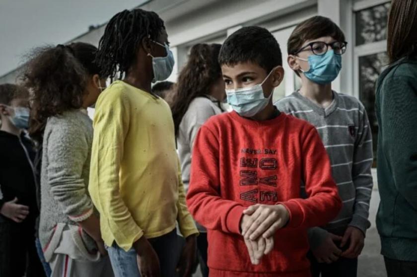 """La pandemia tuvo un impacto """"profundo"""" en niños y minorías, sostiene un informe de la UE"""