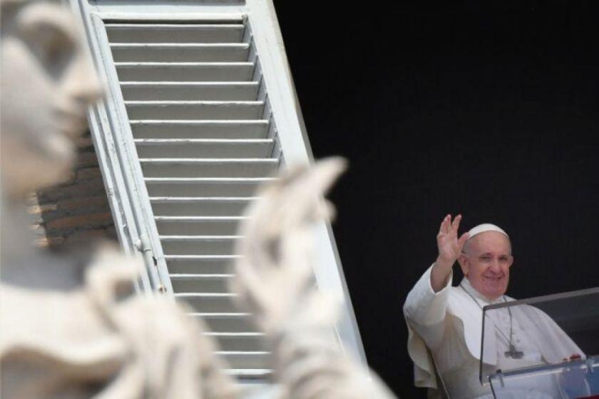 """Francisco reza por migrantes, afirmando : """"el Mediterráneo es el mayor cementerio de Europa"""""""
