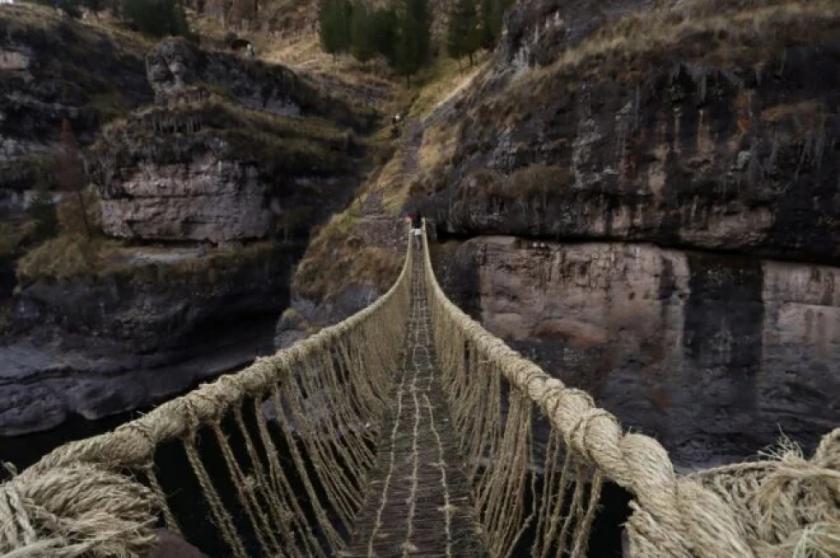 Restauran el último puente colgante inca en Perú que cayó