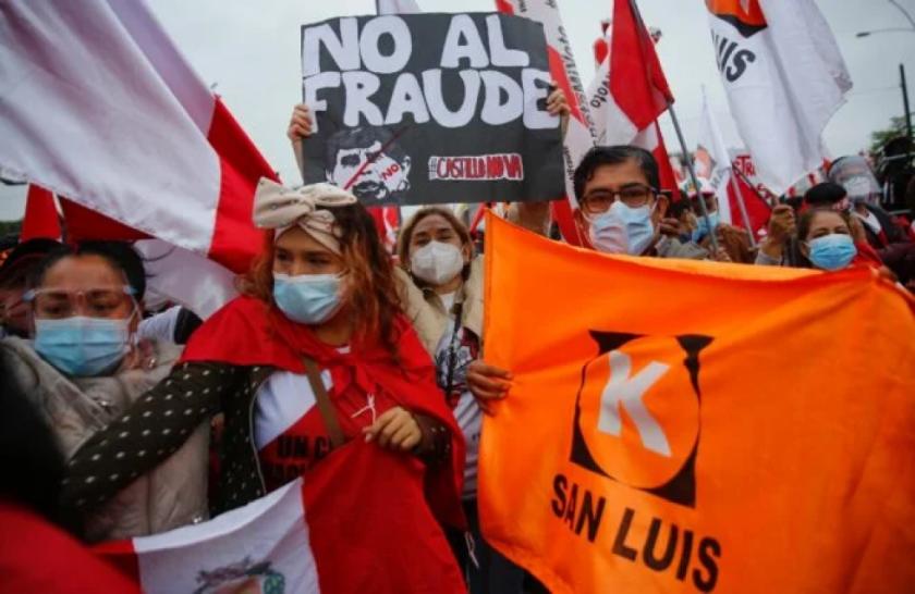 Partidarios de Fujimori y Castillo marchan en Perú, que sigue sin nuevo presidente