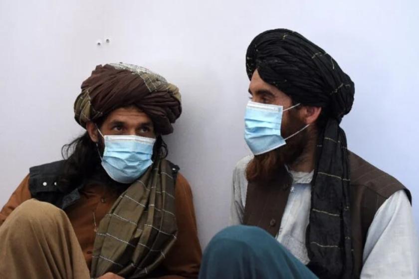 Los talibanes se hacen con el control del principal puesto fronterizo con Tayikistán