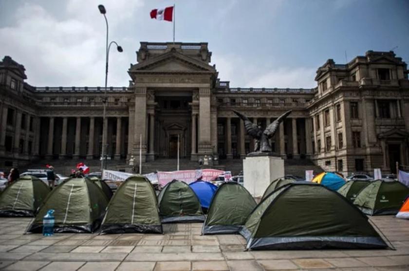 """Partidarios de Castillo y Fujimori acampan para """"defender"""" sus votos en Perú"""