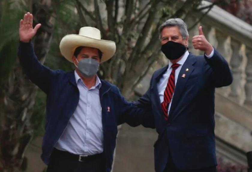 Castillo y presidente saliente dan pie a transición en Perú