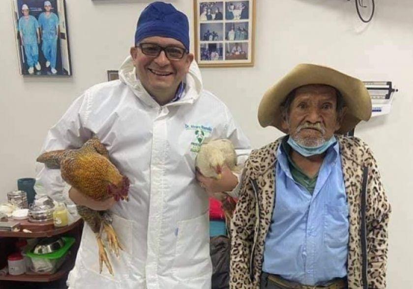 """Tarija: Un médico recibe como """"pago"""" dos gallinas por una operación de próstata"""