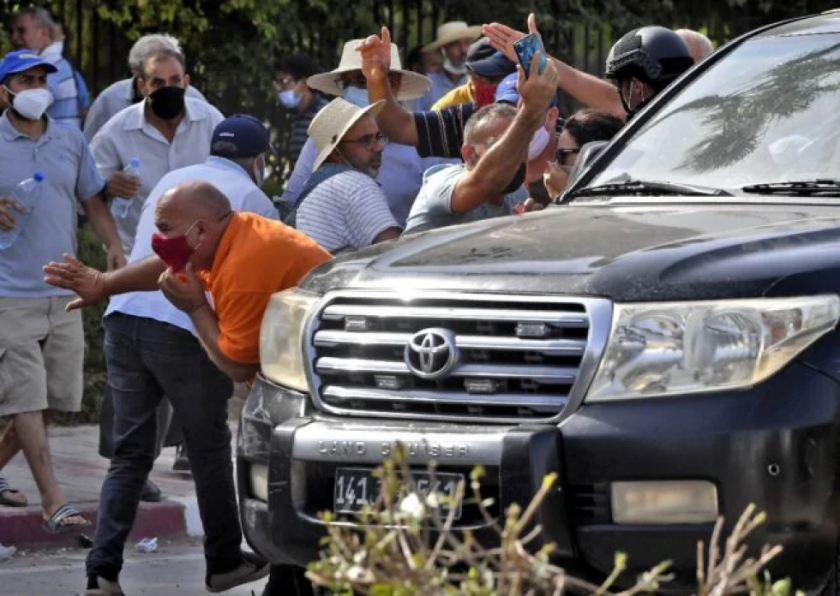 Reportan que hay choques frente al Parlamento de Túnez tras su suspensión
