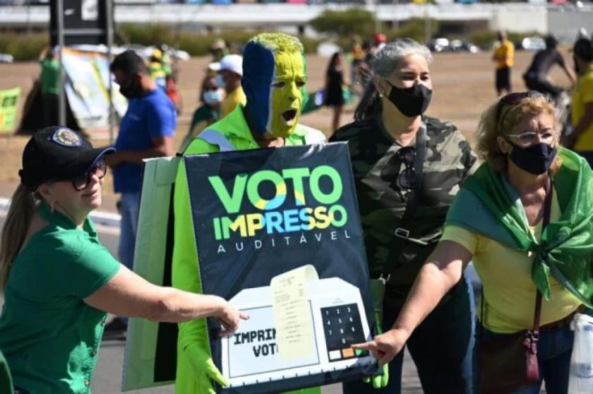Justicia electoral investigará a Bolsonaro por ataques a sistema de voto en Brasil