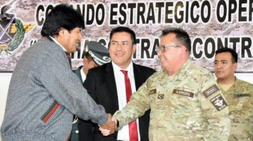 Morales dice que dimitió para evitar violencia; exjefes militares revelaron que planeó arribo de 2.000 personas para desbloquear