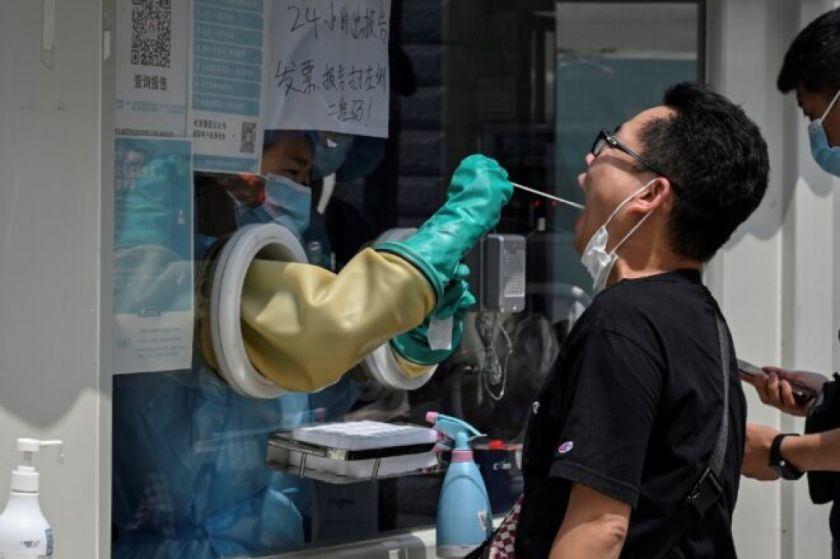 La OMS pide moratoria a la vacunación y China restringe viajes por covid-19