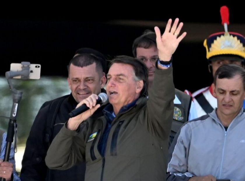 Bolsonaro encabeza caravana con simpatizantes tras semana de tensiones