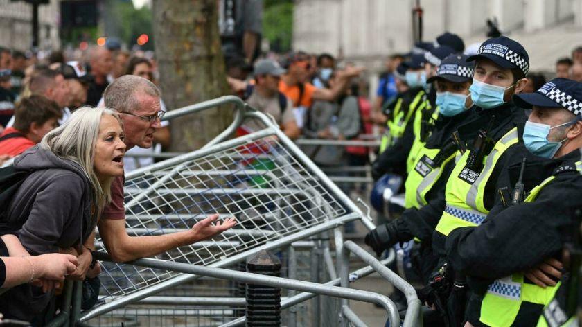 Reportan que hay policías heridos en Londres en choques con manifestantes antivacunas