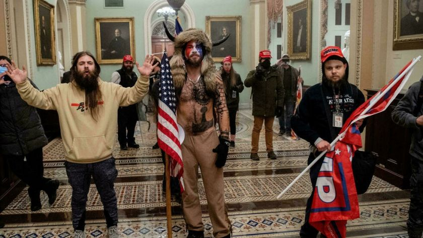 "El ""chaman"" QAnon del asalto al Capitolio se declara culpable"