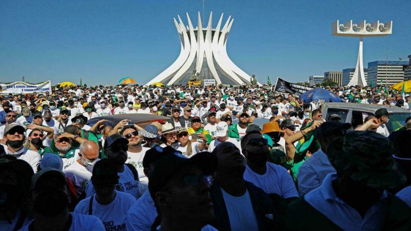 Bolsonaro busca hacer una demostración de fuerza en tensa jornada de marchas en Brasil