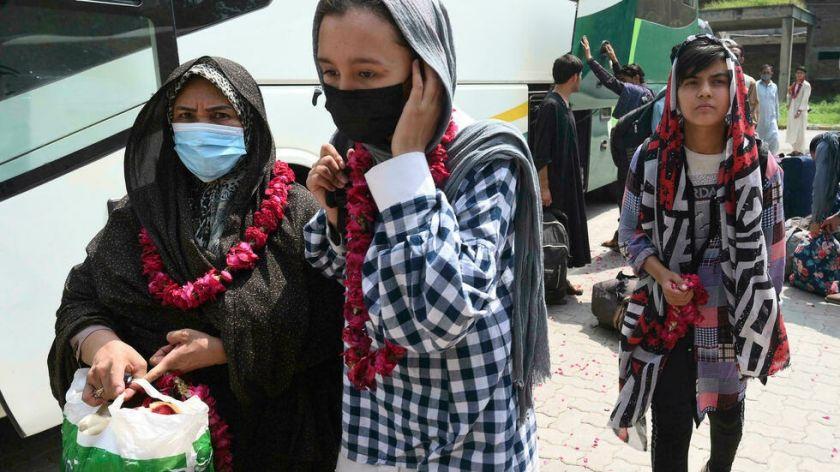 Jóvenes futbolistas afganas encuentran refugio en Pakistán