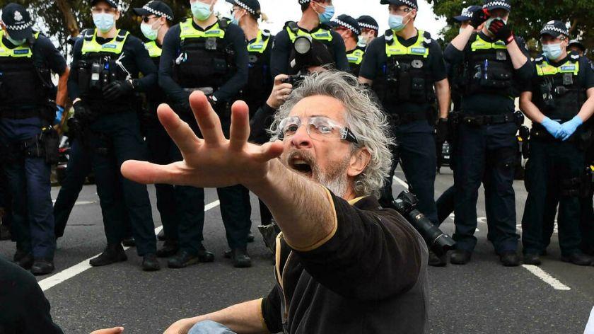 reportan que hay más de 200 detenidos en protesta en Melbourne contra el confinamiento