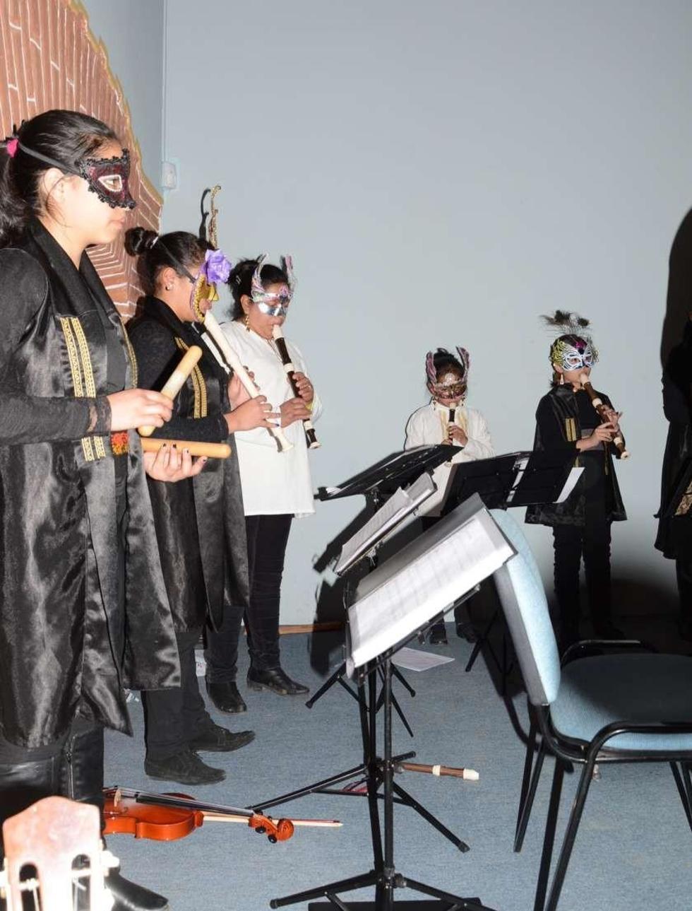 A-17-4.jpgSeñoritas y niñas participaron en la actuación.