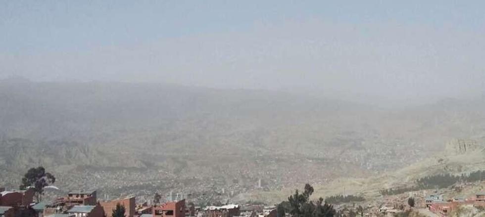 En La Paz también hubo nubes de polvo que nublaron la visión.